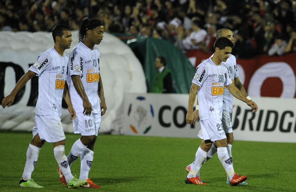 Los jugadores del equipo brasileño Athletico Mineiro a su salida de la cancha tras perder ante Newell's Old Boys. Foto: EFE