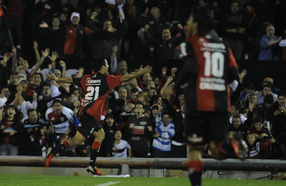 El jugador de Newell's Old Boys Ignacio Scocco (i) celebra su gol ante Atlético Mineiro. Foto: EFE