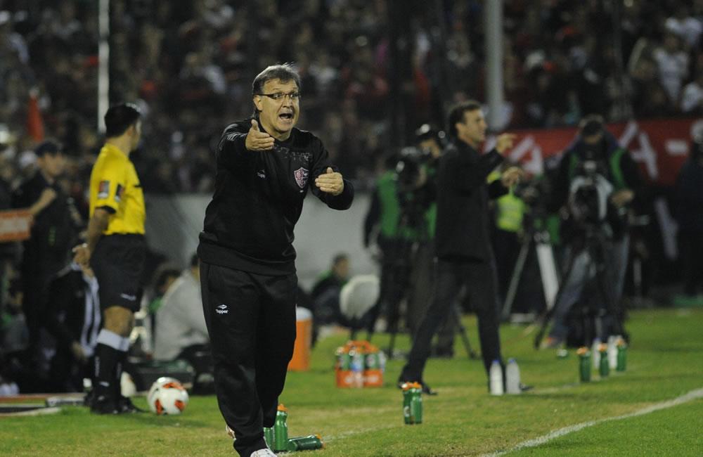 El DT de Newell's Old Boys, Tata Martino, le da instrucciones a sus jugadores durante el partido de semifinales de Copa Libertadores. Foto: EFE