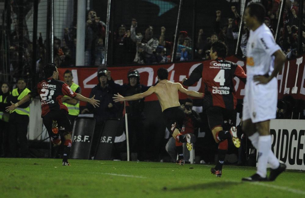 Los jugadores del equipo argentino Newell's Old Boys celebran su gol ante Atlético Mineiro. Foto: EFE