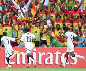 Los jugadores de Ghana celebran con el público un gol marcado