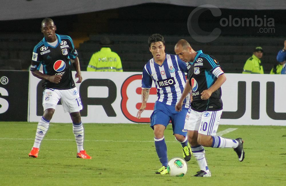 Mayer Candelo de Millonarios (d) maneja el balón contra Oporto. Foto: Interlatin