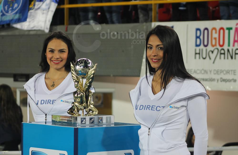 Las modelos presentan el trofeo de la Copa Euroamericana en Bogotá. Foto: Interlatin
