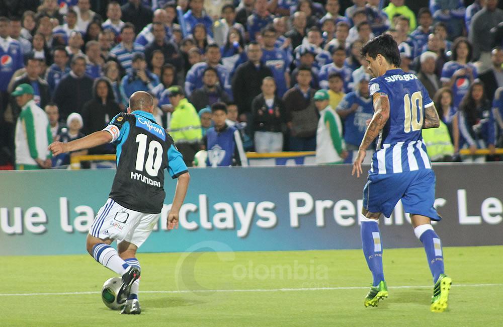 Mayer Candelo de Millonarios (i) trata de salir con la pelota ante el argentino Lucho González (d) del Oporto. Foto: Interlatin