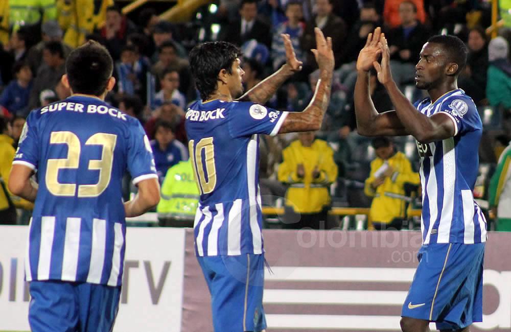 Jackson Martínez (d) celebra con Lucho González (i) su gol para Oporto. Foto: Interlatin