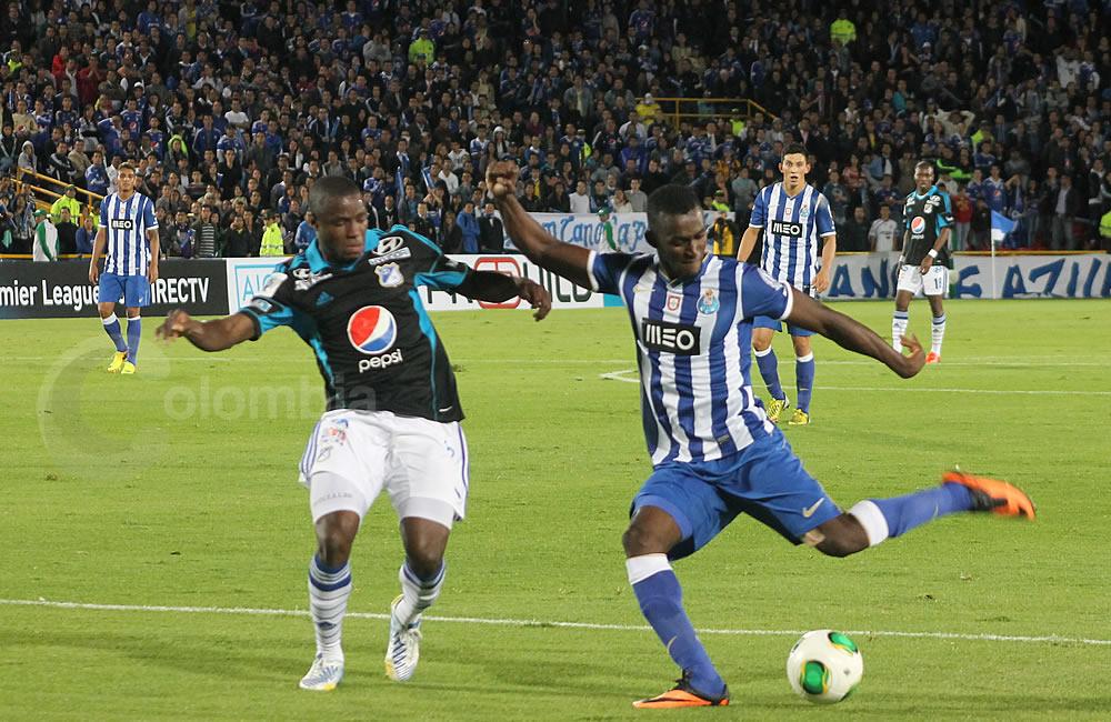 El colombiano Jackson Martínez (d) remata ante la marca de Yoiver González de Millonarios (i). Foto: Interlatin