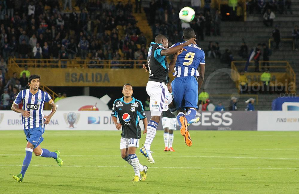 El colombiano Jackson Martínez (9) lucha por el cabezazo con Yoiver González de Millonarios. Foto: Interlatin