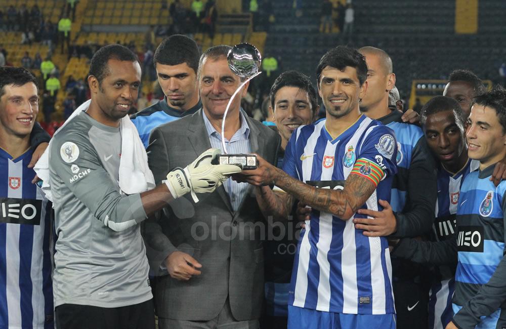 El arquero Helton (i) y el argentino Lucho González (d) de Oporto con el trofeo por ganarle el partido a Millonarios. Foto: Interlatin