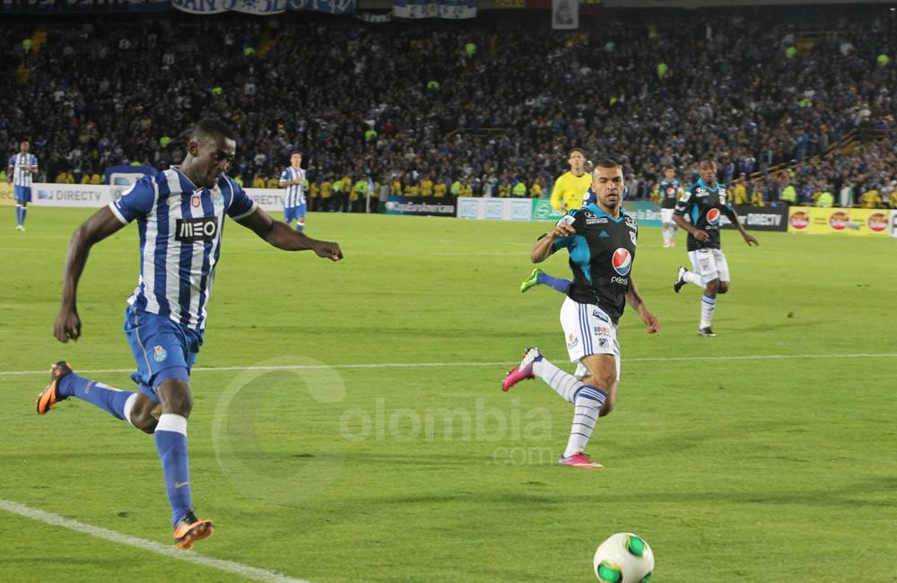 Jackson Martínez (i) trata de centrar ante Andrés Cadavid de Millonarios (c). Foto: Interlatin