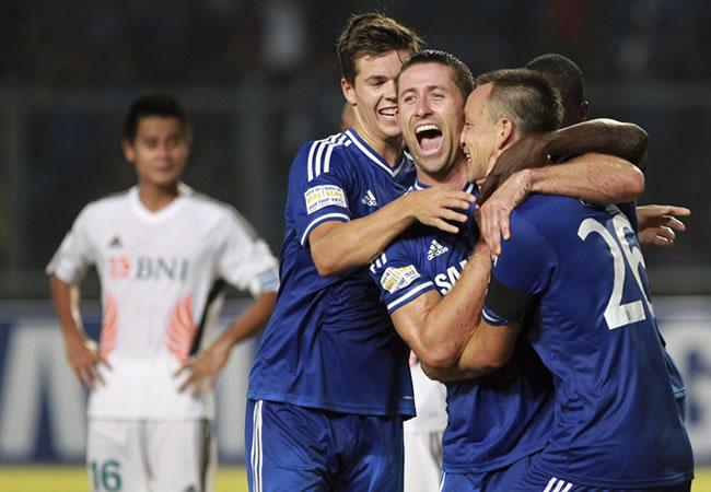 Los jugadores del del Chelsea, celebran un tanto ante la selección con los mejores jugadores de Indonesia. Foto: EFE
