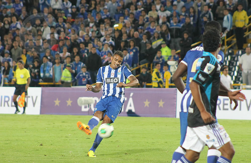 Danilo del Oporto (i) cobra un tiro libre para anotar su tercer gol en el partido. Foto: Interlatin