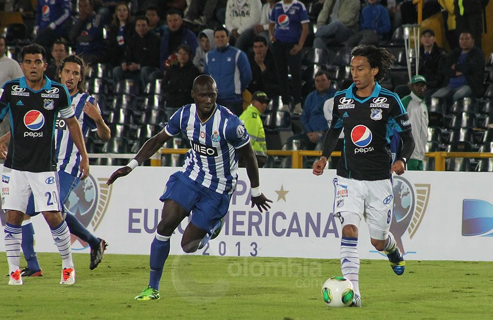 Rafael Robayo de Millonarios (d) trata de salir con el balón. Foto: Interlatin