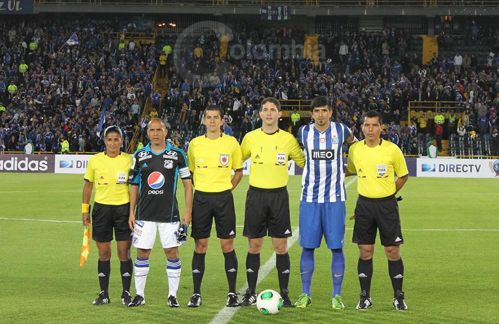 Los capitanes de Millonarios, Mayer Candelo (i) y Lucho González de Oporto (d) posan con los árbitros. Foto: Interlatin