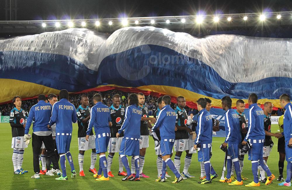 saludo protocolario entre los jugadores del Oporto y Millonarios. Foto: Interlatin
