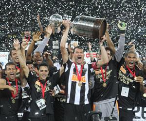 Los jugadores del Atlético Mineiro celebran el triunfo del equipo tras la definición por penaltis antre Olimpia. EFE