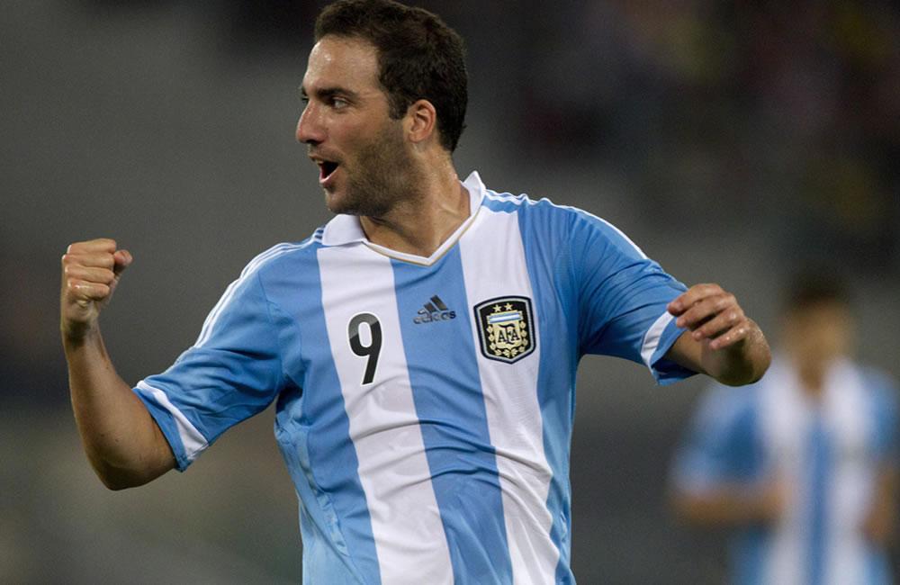 El argentino Ever Banega (i) celebra su gol ante Italia con su compañero Gonzalo Higuaín. EFE