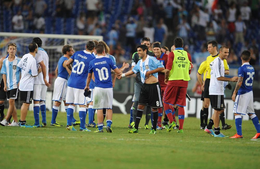 Los jugadores de Argentina e Italia se saludan. EFE