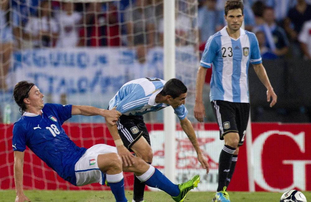 El argentino Ángel Di María (c) ante el italiano Riccardo Montolivo. EFE