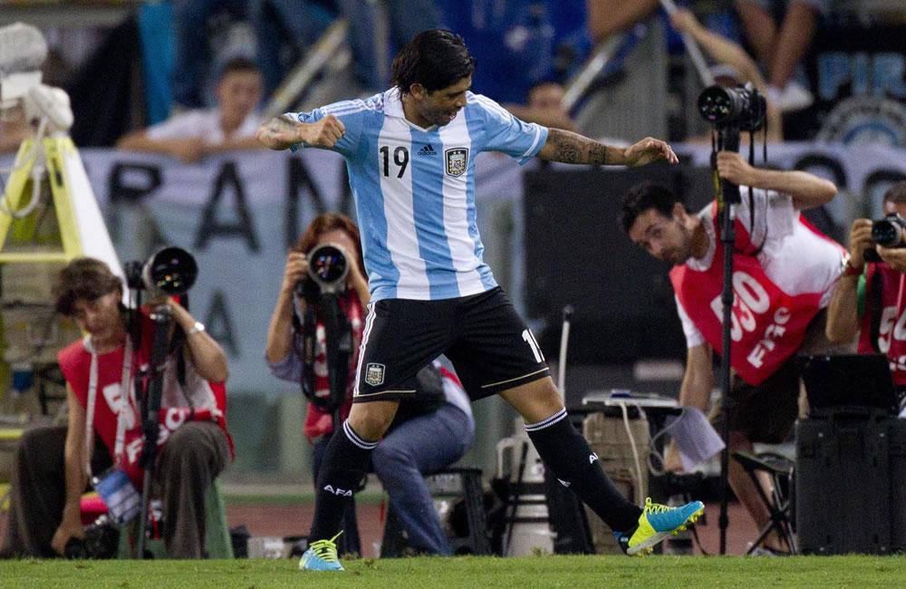 El argentino Ever Banega (c) celebra su gol ante Italia. EFE