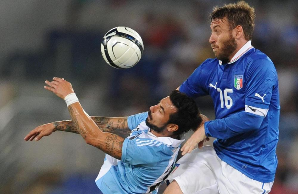 El italiano Daniele De Rossi (d) ante el argentino Ezequiel Lavezzi. EFE