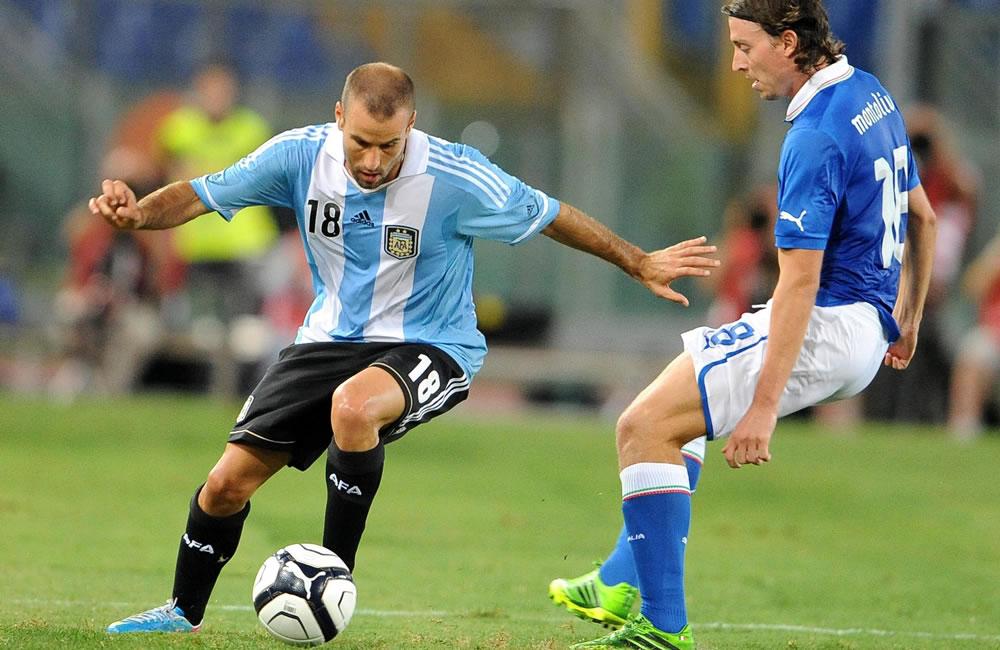 El italiano Riccardo Montolivo (d) ante el argentino Rodrigo Palacio (i) hoy, miércoles 14 de agosto de 2013. EFE