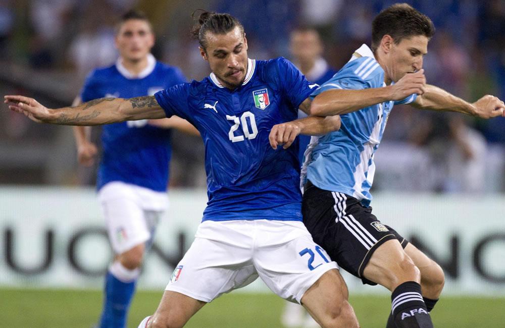 El jugador de la selección nacional de Italia Daniel Pablo Osvaldo (i) disputa un balón con el jugador argentino Federico Fernández. EFE
