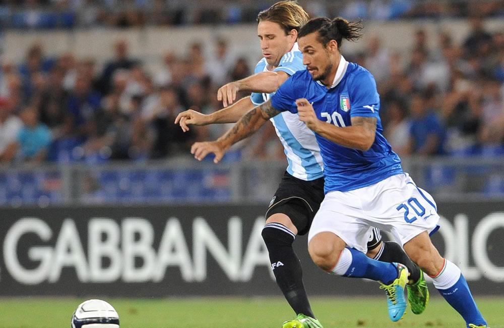El italiano Daniel Pablo Osvaldo (d) ante el argentino Lucas Bigli (i). EFE