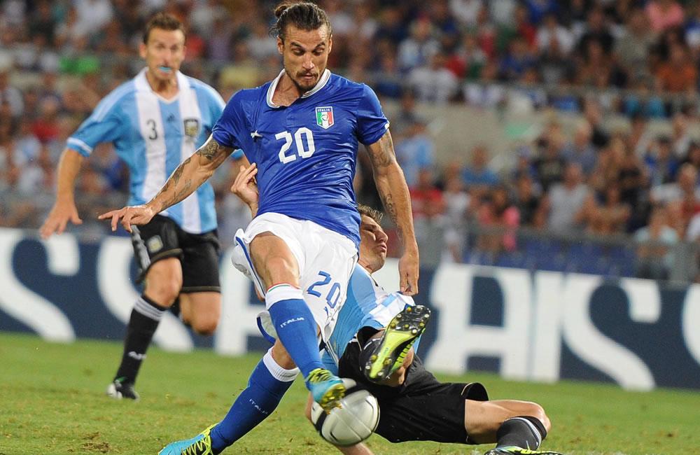 El italiano Daniel Pablo Osvaldo (i) ante el argentino Federico Fernández. EFE