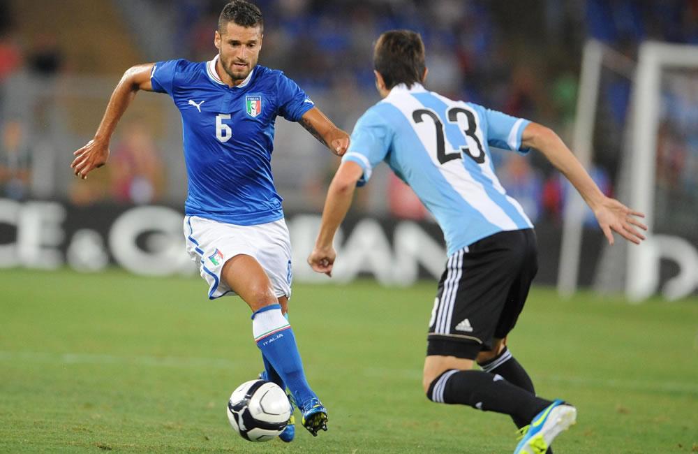 El italiano Antonio Candreva (i) ante el argentino José Maria Basanta. EFE