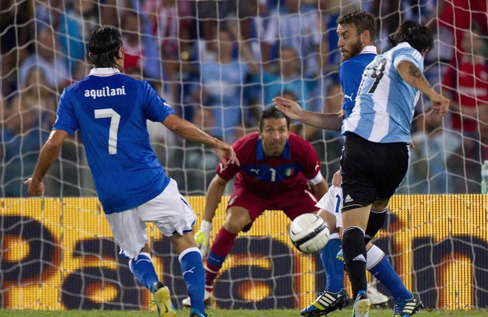 El argentino Ever Banega (d) anota un gol ante Italia. EFE