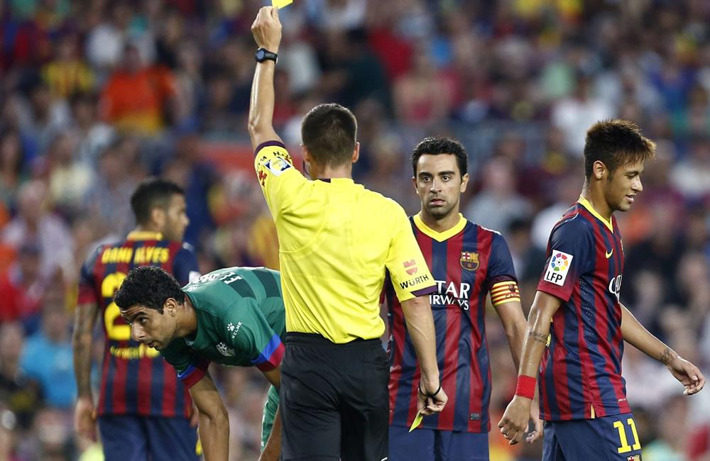 El colegiado Carlos del Cerro Grande muestra cartulina amarilla al delantero brasileño del Barcelona Neymar da Silva. Foto: EFE