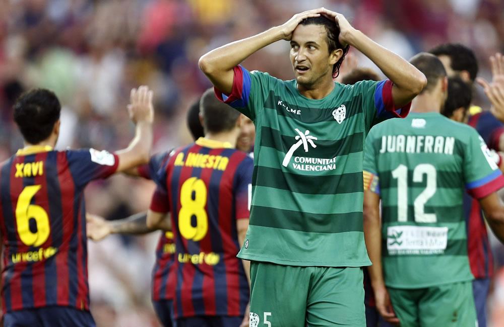 El defensa del Levante Héctor Rodas tras encajar un gol su equipo ante el Barcelona. Foto: EFE