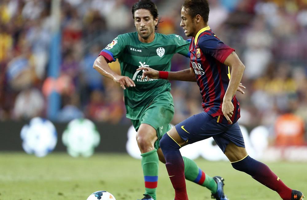 El delantero brasileño del Barcelona Neymar da Silva (d), pelea un balón con el centrocampista del Levante Miguel Pallardó. Foto: EFE