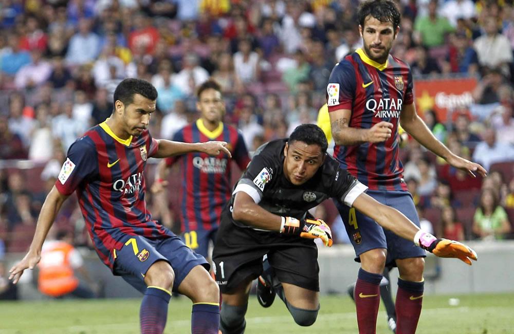 El centrocampista del Barcelona Pedro Rodríguez (i), supera al portero del Levante, el costarricense Kaylor Navas. Foto: EFE
