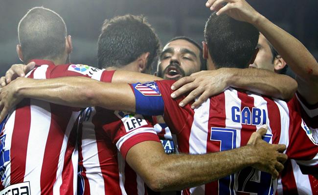 Los jugadores del Atlético de Madrid felicitan al delantero brasileño Diego Costa. Foto: EFE