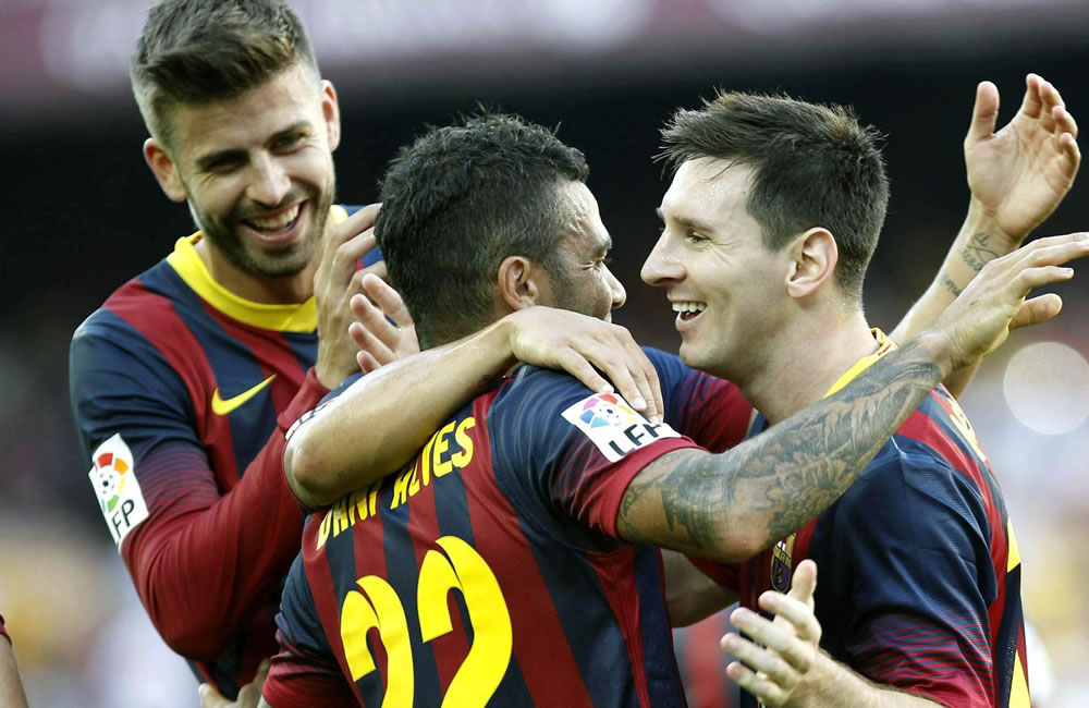 Los jugadores del Barcelona Dani Alves (c) Gerard Piqué (i) y Leo Messi, celebran el cuarto gol de su equipo ante el Levante. Foto: EFE