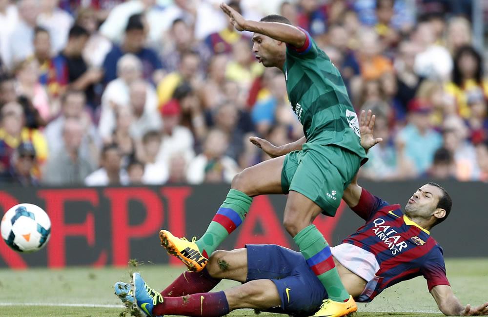 El defensa argetino del Barcelona Javier Mascherano (d), pelea un balón con el delantero marroquí del Levante, Nabil El Zhar. Foto: EFE
