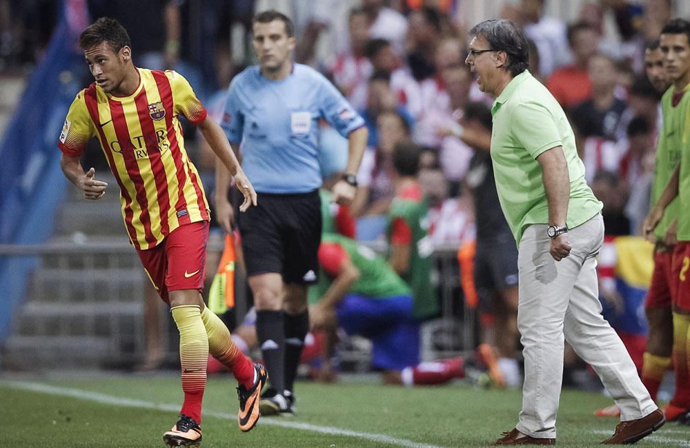 """El delantero brasileño del FC Barcelona Neymar (i) es felicitado por su entrenador, el argentino """"Tata"""" Martino. Foto: EFE"""