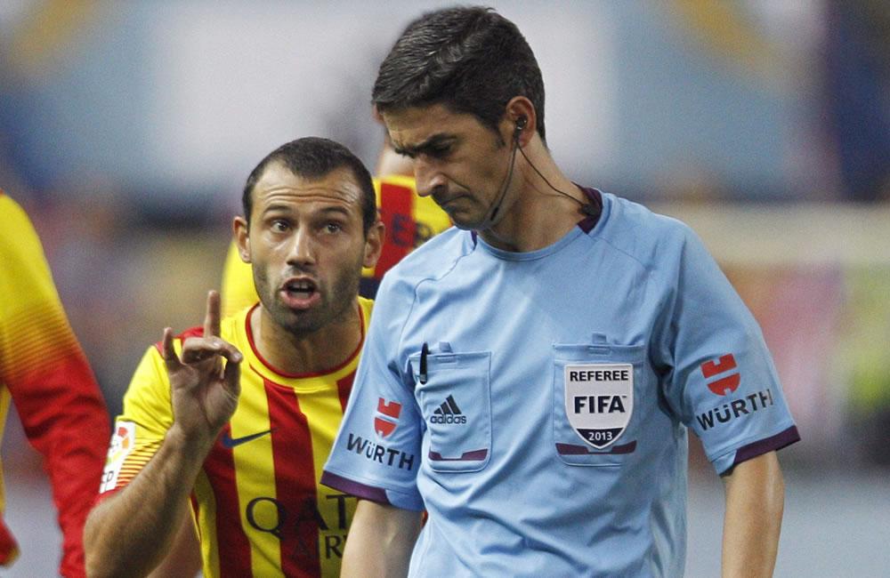 El jugador del FC Barcelona Mascherano (i) protesta al árbitro, Alberto Undiano. Foto: EFE