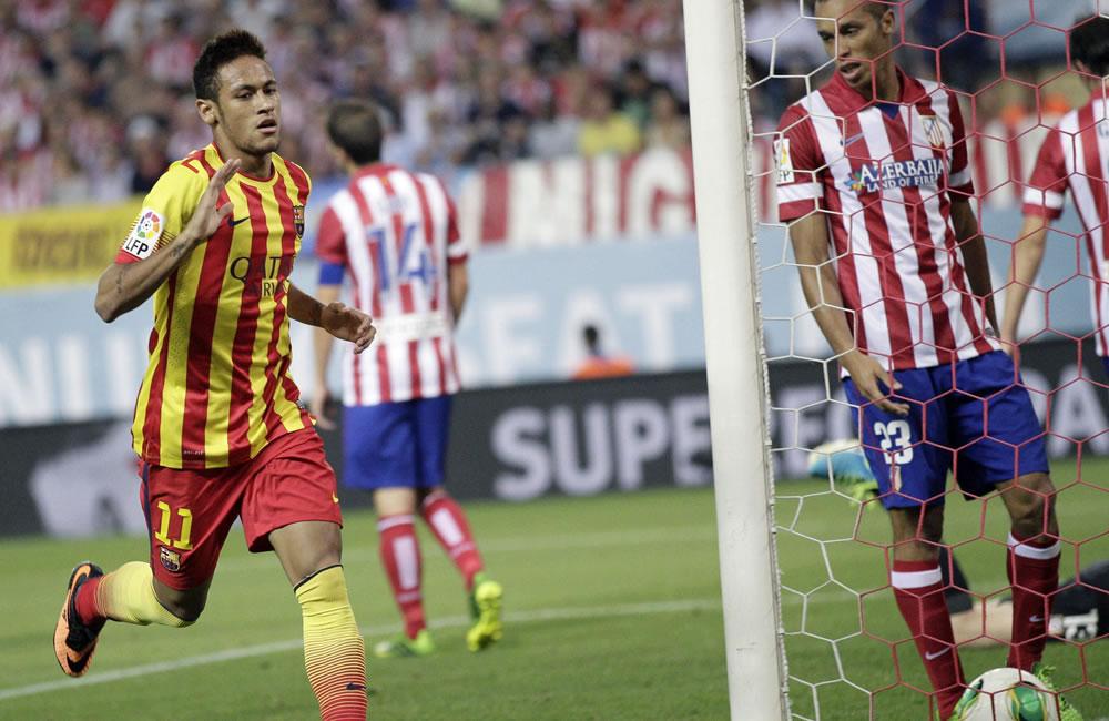 El delantero brasileño del FC Barcelona Neymar (i) celebra tras marcar ante el Atlético de Madrid. Foto: EFE