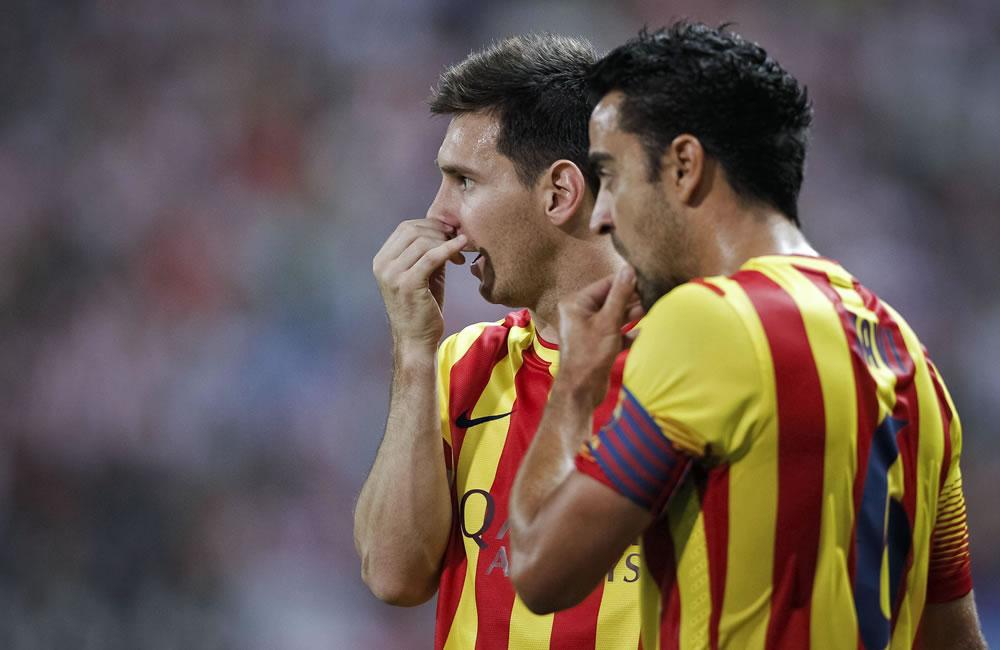 El delantero argentino Leo Messi (i) conversa con Xavi Hernández, ambos del FC Barcelona. Foto: EFE