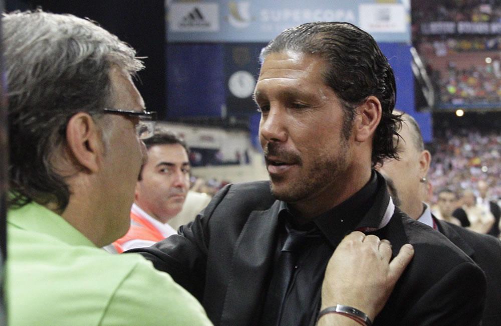 """Los entrenadores argentinos Diego Simeone (d), del Atlético de Madrid, y Gerardo """"Tata"""" Martino, del FC Barcelona. Foto: EFE"""