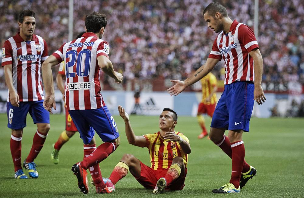 El delantero chileno del FC Barcelona Alexis Sánchez (2-d) es rodeado por jugadores del Atlético de Madrid. Foto: EFE