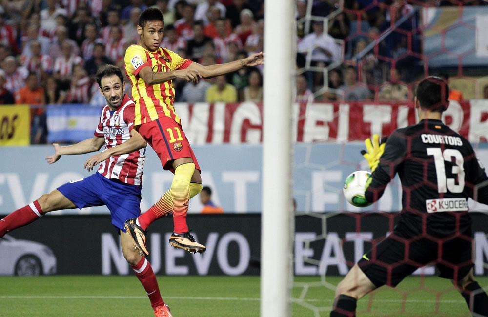 El delantero brasileño del FC Barcelona Neymar (c) cabecea para marcar ante el Atlético de Madrid. Foto: EFE