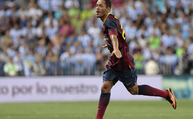El defensa brasileño del FC Barcelona Adriano Correia celebra su gol, el primero del equipo ante el Málaga. Foto: EFE