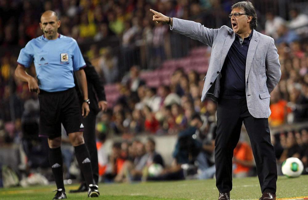 El DT del FC Barcelona, el argentino Gerardo 'Tata' Martino (d), durante el partido de vuelta de la Supercopa de España ante el Atlético de Madrid. Foto: EFE