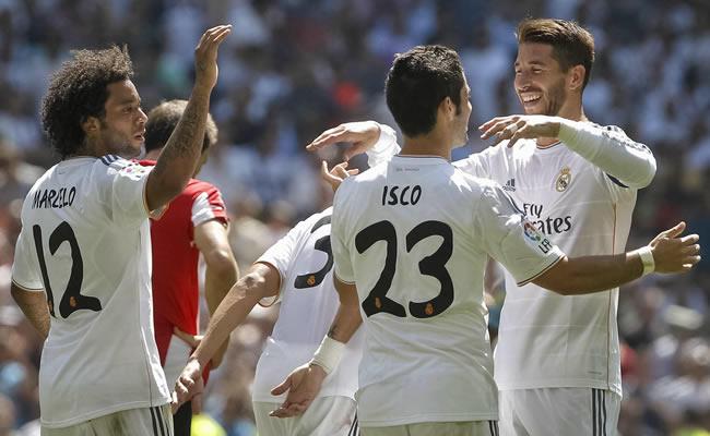 El jugador del Real Madrid Isco, autor del primer y tercer gol, es felicitado por sus compañeros Sergio Ramos (d). Foto: EFE