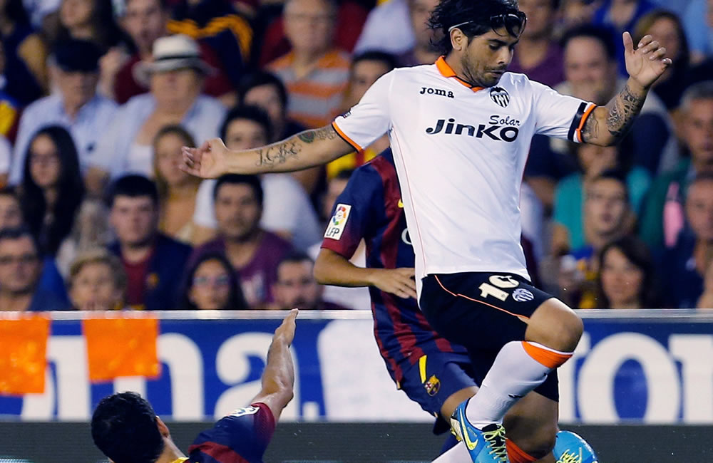 El centrocampista del FC Barcelona Sergio Busquets (i) lucha el balón con Ever banega, del Valencia CF. Foto: EFE