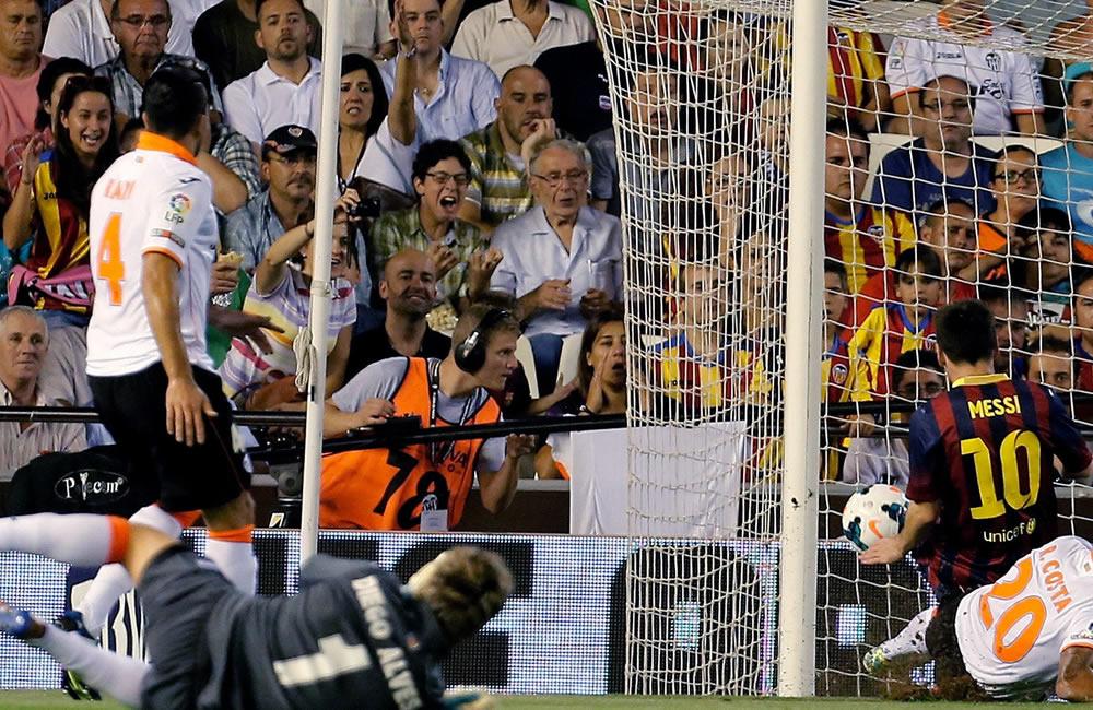 El delantero argentino del FC Barcelona Leo Messi (d) remata a puerta, junto al portugués del Valencia CF Ricardo Costa. Foto: EFE