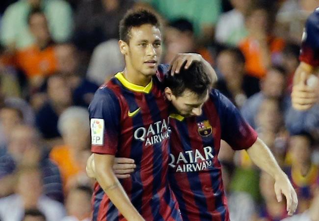 El argentino del FC Barcelona Leo Messi celebra uno de sus goles con el brasileño Neymar Da Silva, ante Valencia en Mestalla. Foto: EFE